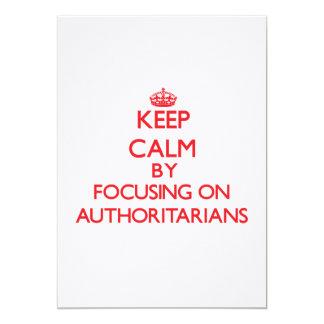 Guarde la calma centrándose en Authoritarians Invitación 12,7 X 17,8 Cm