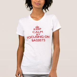 Guarde la calma centrándose en bajistas camisetas