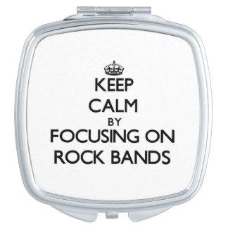 Guarde la calma centrándose en bandas de rock espejos de maquillaje