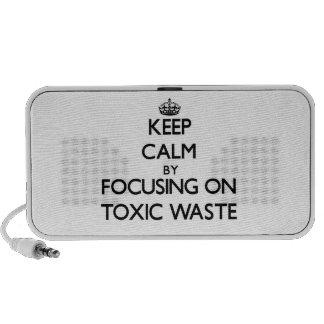 Guarde la calma centrándose en basura tóxica portátil altavoces