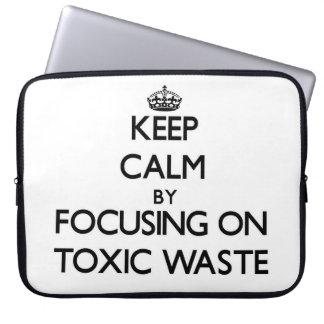 Guarde la calma centrándose en basura tóxica manga portátil