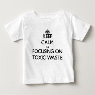 Guarde la calma centrándose en basura tóxica playera para bebé