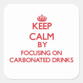 Guarde la calma centrándose en bebidas carbónicas pegatina cuadrada
