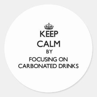 Guarde la calma centrándose en bebidas carbónicas pegatina redonda