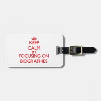 Guarde la calma centrándose en biografías etiquetas maletas
