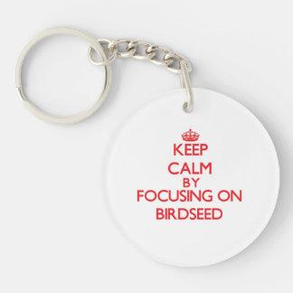 Guarde la calma centrándose en Birdseed Llavero Redondo Acrílico A Una Cara