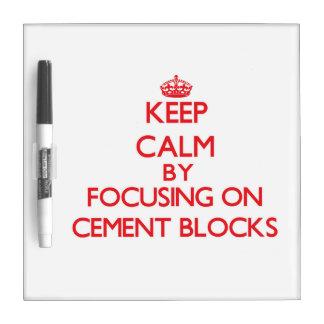 Guarde la calma centrándose en bloques del cemento pizarra
