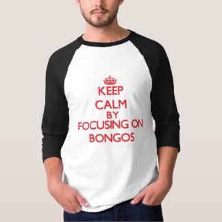 Guarde la calma centrándose en bongos playera