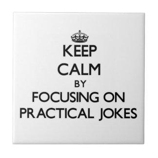 Guarde la calma centrándose en bromas