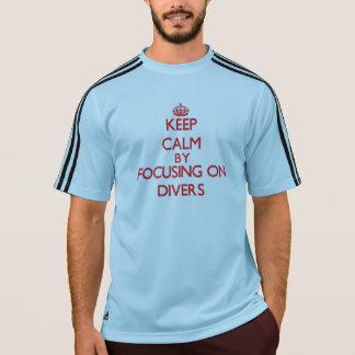 Guarde la calma centrándose en buceadores camiseta
