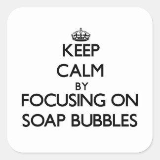 Guarde la calma centrándose en burbujas de jabón calcomanía cuadrada