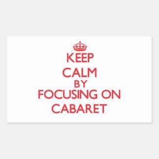 Guarde la calma centrándose en cabaret etiquetas
