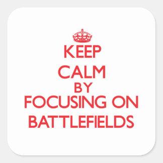 Guarde la calma centrándose en campos de batalla pegatina cuadradas