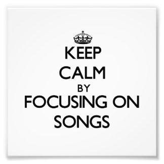 Guarde la calma centrándose en canciones