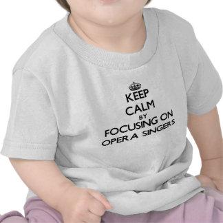 Guarde la calma centrándose en cantantes de la camiseta