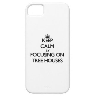 Guarde la calma centrándose en casas en el árbol iPhone 5 Case-Mate coberturas