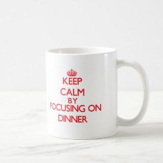 Guarde la calma centrándose en cena tazas de café
