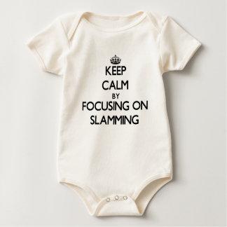 Guarde la calma centrándose en cerrarse de golpe mamelucos de bebé