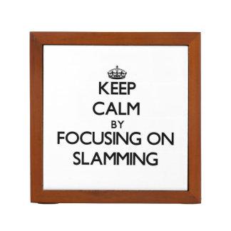 Guarde la calma centrándose en cerrarse de golpe portalápices