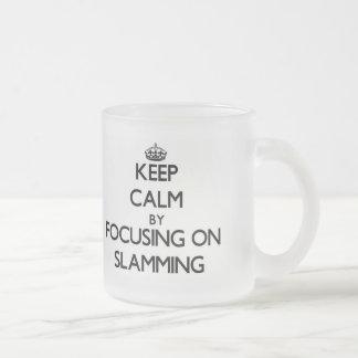 Guarde la calma centrándose en cerrarse de golpe taza de cristal