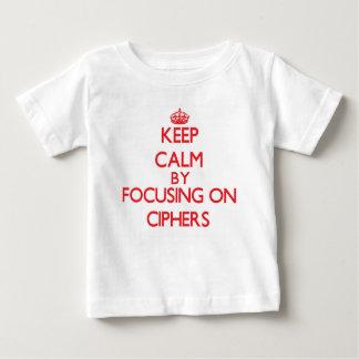 Guarde la calma centrándose en cifras t-shirt