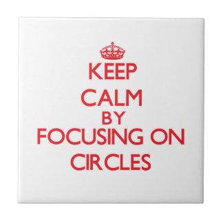 Guarde la calma centrándose en círculos azulejo cerámica