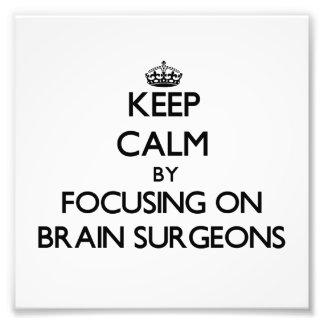 Guarde la calma centrándose en cirujanos de cerebr fotografía