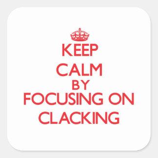 Guarde la calma centrándose en Clacking Pegatina Cuadrada