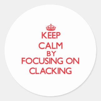 Guarde la calma centrándose en Clacking Pegatina Redonda