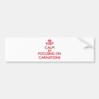 Guarde la calma centrándose en claveles etiqueta de parachoque