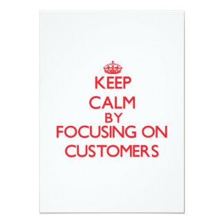Guarde la calma centrándose en clientes invitación 12,7 x 17,8 cm