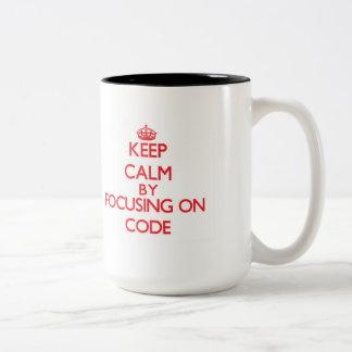 Guarde la calma centrándose en código taza dos tonos