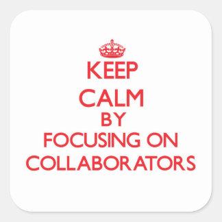 Guarde la calma centrándose en colaboradores pegatina cuadrada
