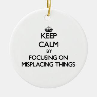 Guarde la calma centrándose en colocar mal cosas ornamento para reyes magos