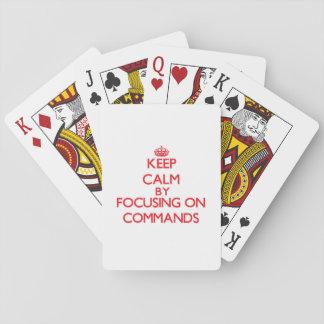 Guarde la calma centrándose en comandos barajas de cartas