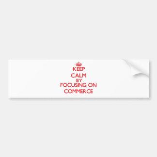 Guarde la calma centrándose en comercio etiqueta de parachoque