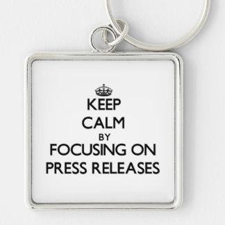 Guarde la calma centrándose en comunicados de pren llavero cuadrado plateado