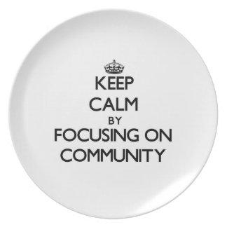 Guarde la calma centrándose en comunidad platos para fiestas