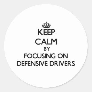 Guarde la calma centrándose en conductores etiqueta redonda