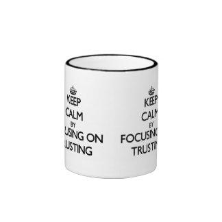 Guarde la calma centrándose en confiar en taza de café
