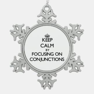 Guarde la calma centrándose en conjunciones adorno de peltre en forma de copo de nieve