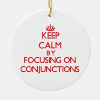Guarde la calma centrándose en conjunciones adorno navideño redondo de cerámica