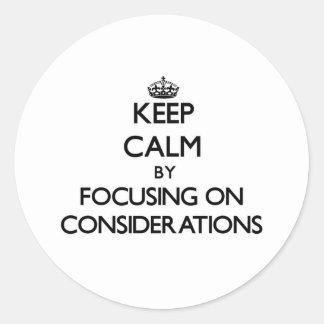 Guarde la calma centrándose en consideraciones etiquetas redondas