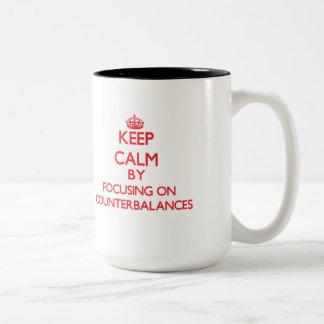 Guarde la calma centrándose en contrapesos taza dos tonos