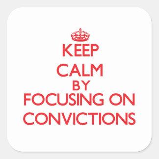 Guarde la calma centrándose en convicciones calcomanía cuadradas personalizada