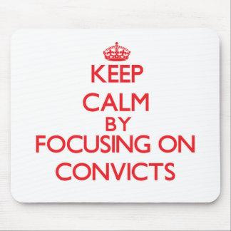 Guarde la calma centrándose en Convicts Alfombrillas De Ratones
