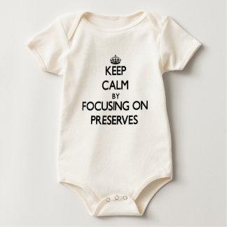 Guarde la calma centrándose en cotos traje de bebé