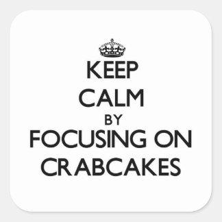 Guarde la calma centrándose en Crabcakes Pegatina Cuadrada