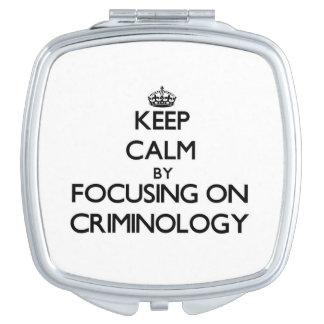 Guarde la calma centrándose en criminología espejo de maquillaje