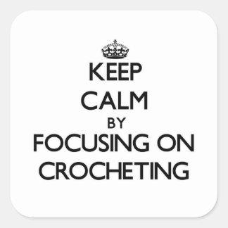 Guarde la calma centrándose en Crocheting Pegatina Cuadradas